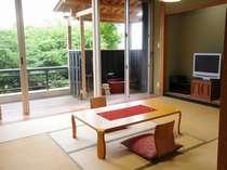 露天風呂付客室 芦ノ湖 和室12畳 さくら亭1F 新緑の庭がきれいです。全客室禁煙