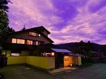 夕暮れせまる桐谷箱根荘。