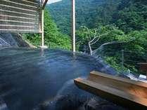 渓谷美との一体感を味わえる「四季舞台たな田」はひとつひとつの湯船に各々源泉を引いている