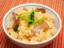 秋のビュッフェフェアでは秋の贅沢な香り松茸を使用した炊き込みご飯を提供予定。
