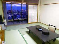 上品な仕上げの和室は10畳の広さ。