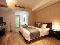 <アークリッシュフロア・1ベッド・デラックス>約37平米。落ち着いた印象のお部屋です。※磨りガラス窓