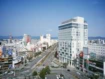 ホテル外観(駅前の様子)