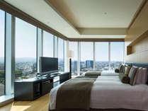 2ベッド・デラックスは、2方面を窓に囲まれたレイアウトやリビング風など、個性異なるお部屋がございます
