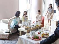 昨晩の楽しい雰囲気そのままで、気の置けない仲間と一緒に朝食ルームサービス