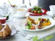 朝食はコース仕立てでお席までお運びします