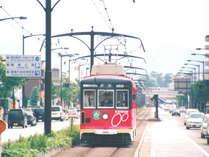 *今では珍しい路面電車。大通りに面した客室からご覧いただけます。