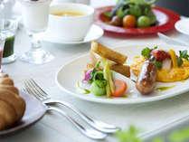 地元食材を使用した朝食を、最上階の景色を眺めながらお楽しみください。