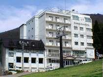 高原の緑の中に建つ北志賀高原ホテル