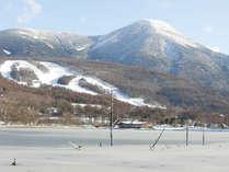女神湖から望む蓼科山と白樺高原国際スキー場