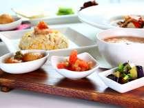 【食事】秋のスタンダードコース一例。秋トマト、秋ナスなど旬の前菜三点盛り。