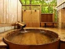 [写真]川の音を聞きながら入れる檜の露天風呂