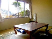 ■和室6畳一例■こじんまりとしておりますが、光が差し込む明るいお部屋でのんびりお過ごしいただけます♪