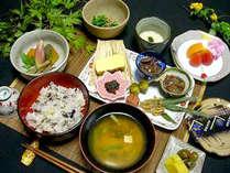 ■朝食(一例)■ 山野菜などを中心とした、栄養バランスを考えたメニューです。,岐阜県,ラジウム温泉 かすみ荘