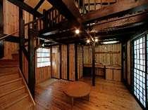 木のぬくもりにつつまれたお部屋。小さなキッチンもついているのでみんなで料理を楽しんでも・・・