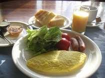 """朝食/自家配合飼料で育てた""""さくら卵""""を使った卵料理・手作りバター&ジャムが食卓に並びます。"""