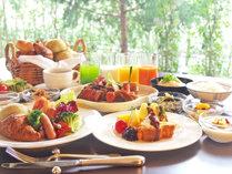 地元の食材を取り入れた種類豊富な朝食バイキングをお楽しみください(※写真はイメージです。)