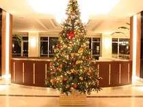クリスマスが近づくと、ロビーには大きなツリーが現れます