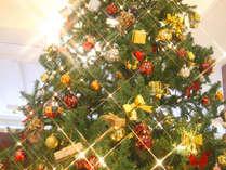 正面玄関では、高さ3メートルのクリスマスツリーが皆さまをお迎えいたします。