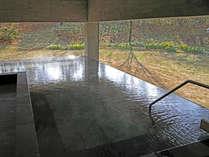 【街湯】全面ガラス張りの外観は周辺の自然とも調和。