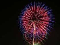 満天の空を彩る華麗な花火が湖面に映えるさまは、片山津ならでは!