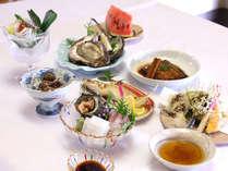 夏季(6~8月)の料理イメージ。季節に合わせた新鮮魚介類をご堪能いただけます。