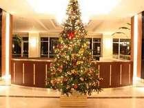 【11/1~12/25】正面ロビーではクリスマスツリーがお出迎えします