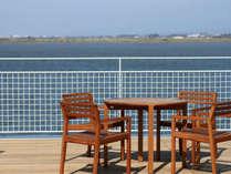 【まちカフェ】オープンテラス席で風を受けながらお食事も。