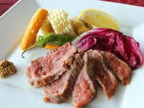 口の中でとろける柔らかいお肉。付け合せの野菜にもこだわっています。