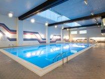 広々としたプールは都内のホテルで最大級!縦25m・横9mで、ゆったり泳げます。