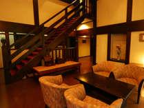 *パブリックスペース-高さのある天井とクラシカルな作り
