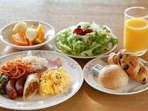 朝食バイキング-新鮮野菜やフルーツなどたっぷり♪その場で焼いてお出しする目玉焼なども好評です