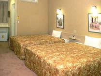 25平米の広さに幅154cmのベッド2台。ネット無料接続。