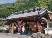 樹齢780年を誇る巨大な椎木を使用した宿のシンボル「みかど門」