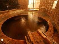 【歩行湯と打たせ湯付のお風呂】 上から流れ落ちるお湯が血流を良くし、肩・首のコリをほぐします。