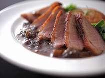 蕗味噌ソ-スが好評の合鴨肉のソテ-
