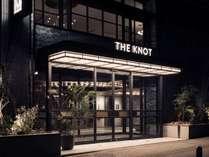 ホテル玄関(夜)