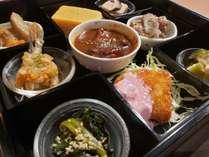 朝食は京都で100年の歴史をもつ都食堂特製のお重。選べる2種のメイン料理と7種のおばんざいをご堪能下さい