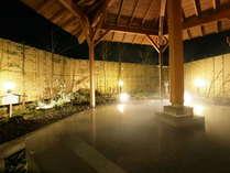 夜の露天風呂 ライトアップされた露天風呂も魅力的!