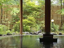 湯畑周辺のでは珍しい、新緑の美しい開放的な露天風呂♪さらり透明でも成分豊富な万代鉱源泉は浴感さっぱり