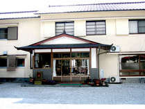 【外観】奥物部県立自然公園のなかに建つ宿。美しい景色と天然温泉、地元食材を使った料理が自慢です。