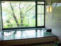 【お風呂(女湯)】天然温泉で湯あがりの肌がつるつるになると評判です♪