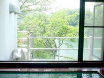 【お風呂(男湯)】窓からは物部川がご覧いただけます。天然温泉と美しい自然でリラックス♪