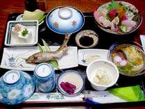 【夕食一例】地元食材や自家製野菜、自家製米を使用したお料理をコースをご用意。