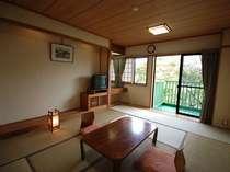 【和室10畳】窓の外には自然の緑が広がります。