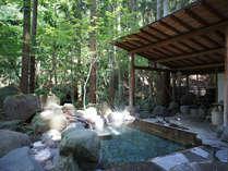 *金剛の湯(大):檜と岩に縁取られた大きい露天風呂