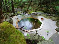 *露天風呂・金剛の湯(小)こじんまりとした八角形の湯船、渓谷が目前!