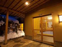 玄関先にて、夜と雪がマッチングします。