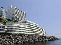 【当館は海に面し、眺望を遮るものはございません。天気の良い日には大島まで望むことができます。】外観
