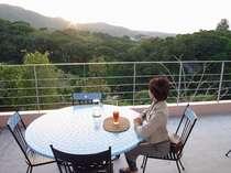オープンエアーのカフェで乙羽岳に沈む夕日を楽しめます